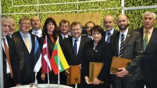 2012. gada 20. janvārī triju Baltijas valstu zemkopības ministri (pirmajā rindā: pirmais no labās – Igaunijas Lauksaimniecības ministrs Helirs Sēders, otrā no labās – Latvijas zemkopības ministre Laimdota Straujuma, trešais no labās – Lietuvas Lauksaimniecības ministrs Kazis Starkevičs) un lauksaimnieku nevalstisko organizāciju pārstāvji parakstīja kopīgu deklarāciju Par godīgu Kopējo lauksaimniecības politiku visām Eiropas Savienības dalībvalstīm.